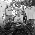 21世紀のパンクスは、ゴミに中指を突き立てる