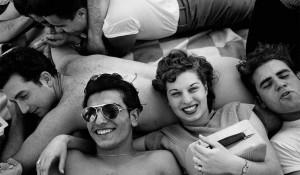 """60回の夏をかけて撮り続けた、""""労働者のビーチ・リゾート""""の姿。 写真家ハロルド・ファインスタインがネガに残したもの"""