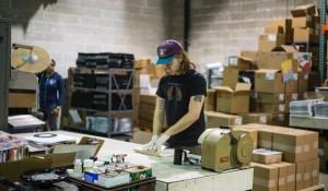 2000年。CD全盛期に、ガタがきているプレス機で夫婦がはじめたのは「レコード工場」