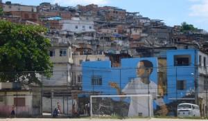 地元民と一致団結!リオのスラム街・ファベーラの丘をキャンバスにする、巨大壁画プロジェクト「Favela Painting」