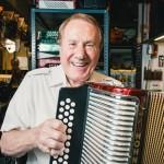 シナトラとクラプトンが通った店、現役アコーディオン職人(89)。億万稼いだ半世紀、楽器を愛した半生を語る