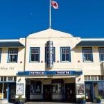 """カナダ最古、103年続く「人里離れた町の映画館」。アクセス最悪の町で""""嫌われ映画館""""はなぜつぶれなかった?"""