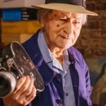 """商業映画時代、たった一人の""""奇行""""。ウォーホルも導いた「インディペンデント映画の父」ジョナス・メカスの半世紀"""