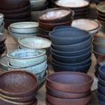 """100均の茶碗もイケアの皿も""""一点モノ""""に?「大量生産をクラフトに手直し」職人技術のアップサイクル"""