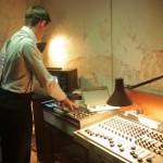 """#008「録音とび時間なし、ドラムマシン密輸の東バンド極限レコーディング。そして自宅アパートには怪奇な鏡が…」【連載】「ベルリンの壁をすり抜けた""""音楽密輸人""""」鋼鉄の東にブツ(パンク)を運んだ男、マーク・リーダーの回想録"""