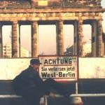 """#009「ベルリンの壁崩壊前夜の奇跡ー ボウイが壁を背に向け歌い、平和の行進が街を扇動する」【連載】「ベルリンの壁をすり抜けた""""音楽密輸人""""」鋼鉄の東にブツ(パンク)を運んだ男、マーク・リーダーの回想録"""