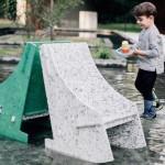 """「ペットボトルから平らな板を生成」建築家、10万個のプラゴミを""""子どもが思いっきり遊べる家具""""に"""