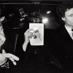 NYCタクシードライバーがとらえた〈密室の乗客たち〉運転席から写した20年間、後部座席の露わな人間模様