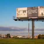 """〈巨大看板・ビルボード〉で政治メッセージ伝達作戦。SNS全盛期に""""最も古典的なメディア""""を使いこなす広告集団"""