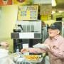 みんなの小腹を満たして43年。 朝8時まで一人店先に立つレイじいちゃんの店「Ray's Candy Store」