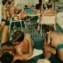 """""""ゲイの楽園""""、ファイアー・アイランド。70年代ゲイが許された夏の島、ポラロイドに写した灼けた裸体と愛"""